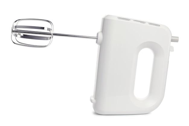 Weißer elektrischer handmischer mit schlägern, lokalisiert auf weißem hintergrund. haushaltsküchengerät zum mischen von lebensmitteln. backkonzept.
