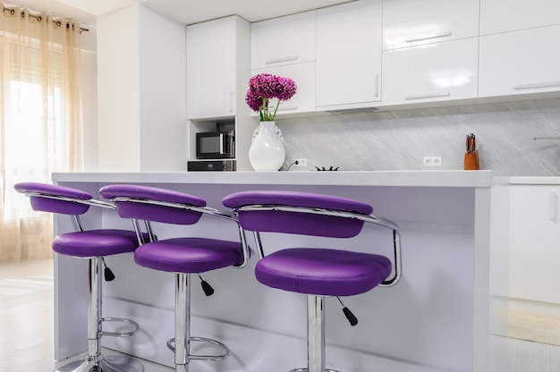 Weißer esstisch in moderner küche