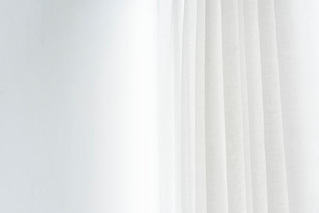 Weißer faltenvorhang in einem wohnzimmer