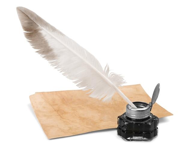 Weißer federkiel, glastintenfass und alter brief isoliert auf weißem hintergrund