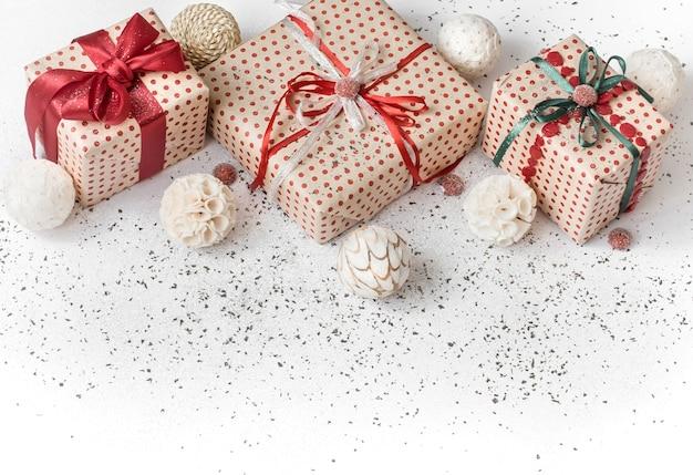 Weißer festlicher hintergrund des neuen jahres mit geschenk gebunden mit rotem band.
