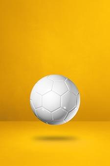 Weißer fußball auf gelbem grund. 3d-illustration
