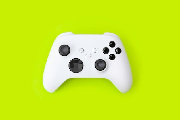 Weißer gamecontroller der nächsten generation auf grünem hintergrund.