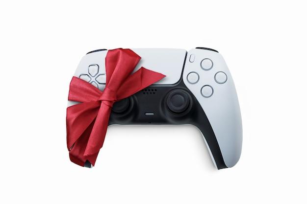 Weißer gamecontroller der nächsten generation in geschenkverpackung mit geschenkband vom weihnachtsmann zu weihnachten