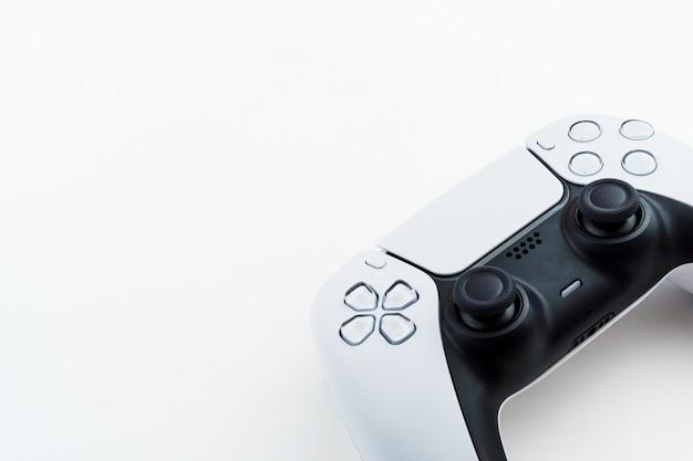 Weißer gamecontroller der nächsten generation isoliert auf weißem hintergrund.