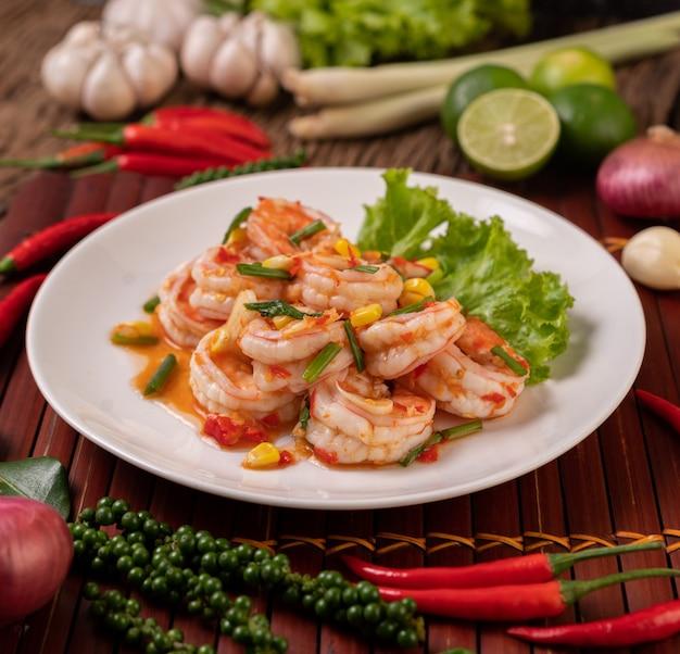 Weißer garnelensalat mit salat mais und frühlingszwiebeln