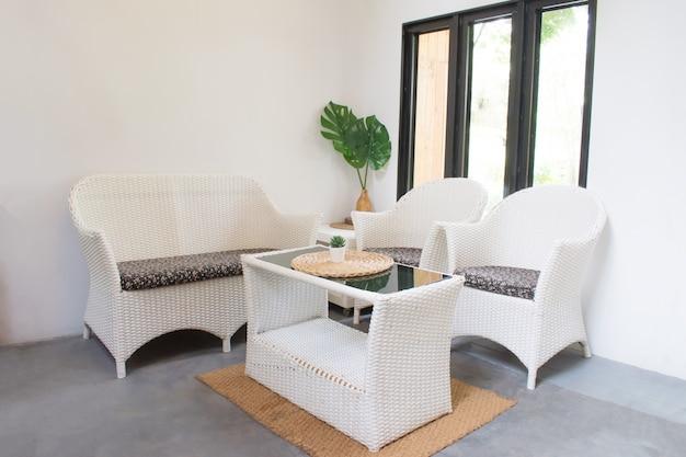 Weißer gewebestuhl eingestellt für wohnzimmer