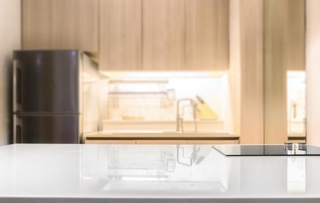 Weißer glatter countertop und auf unschärfeküchenraumhintergrund