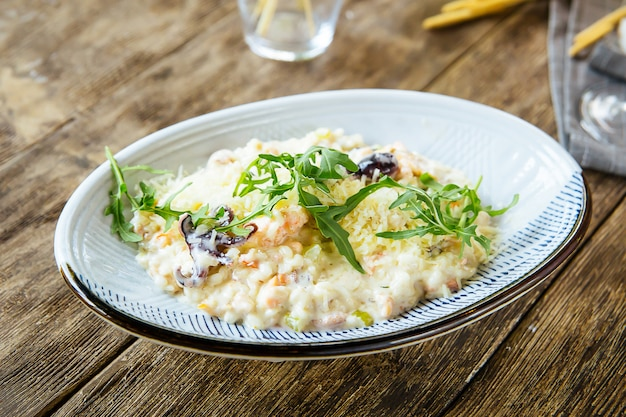 Weißer gourmet-meeresfrüchtesalat mit tintenfischgarnelen