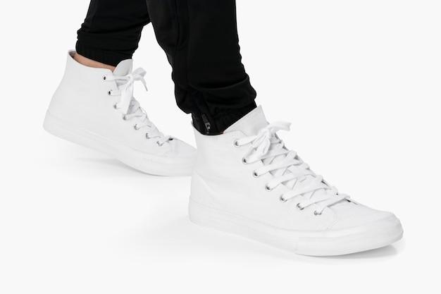 Weißer high-top-sneaker auf weißem hintergrund