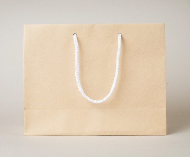 Weißer hintergrund der brown-einkaufstasche eine und kopienraum für einfachen text oder produkt