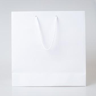 Weißer hintergrund der weißen einkaufstasche eins und kopienraum für normalen text oder produkt