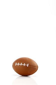 Weißer hintergrund des amerikanischen fußballs, nahaufnahme