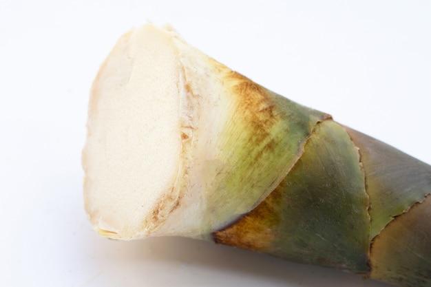 Weißer hintergrund des frischen bambussprossen.