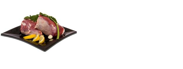 Weißer hintergrund des rohen fleischgerichts, fahnenbild mit kopienraum