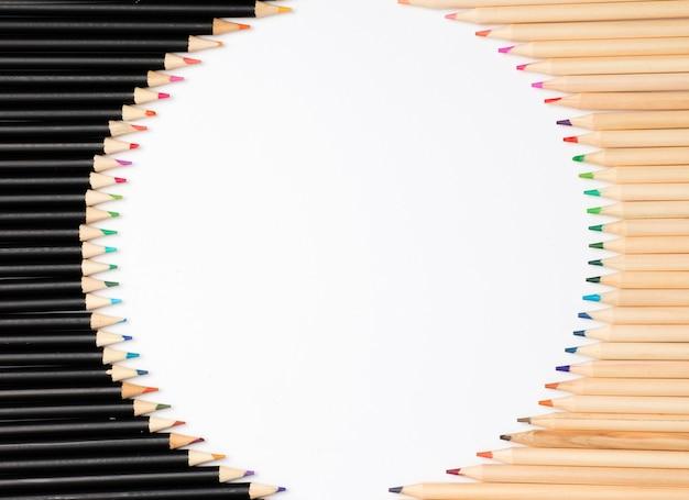 Weißer hintergrund mit buntstiften. kreisrahmen