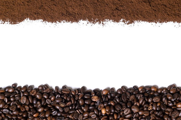 Weißer hintergrund mit kaffeebohnen und gemahlenem kaffee auf der seite. ansicht von oben. stillleben. platz kopieren. flach liegen.