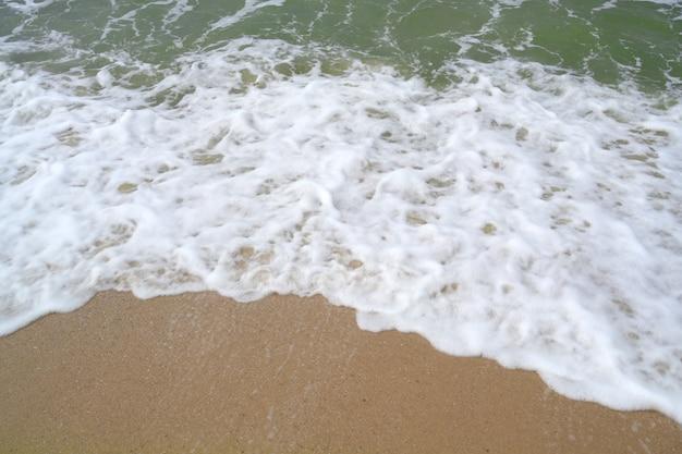 Weißer hintergrund und meer des sandigen strandes