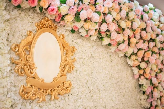 Weißer hochzeitsblumenhintergrund und hochzeitsdekoration