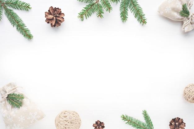 Weißer hölzerner hintergrund der draufsicht weihnachten mit schneetannenbaum.