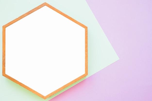 Weißer holzrahmen auf grünem und rosa hintergrund