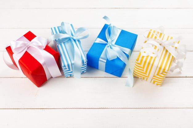Weißer holztisch mit eingewickelter draufsicht der geschenke