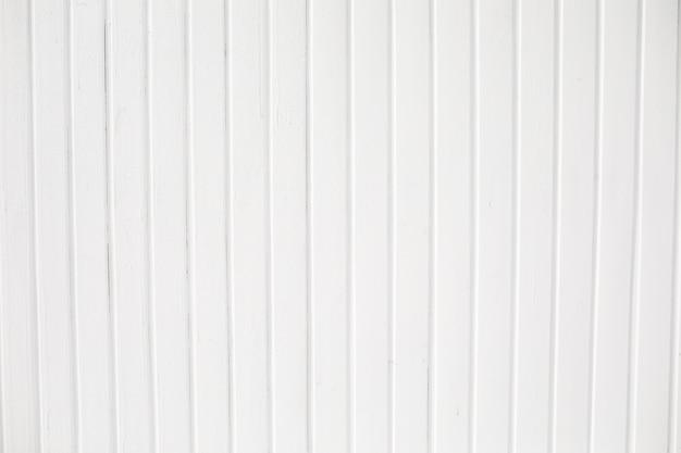 Weißer holzzaun auf einem blauen himmelhintergrund. weißer holzbeschaffenheitshintergrund, draufsicht holzplankenplatte.