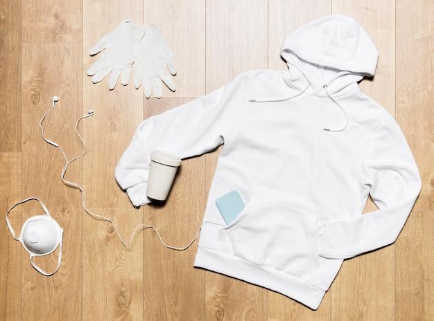 Weißer hoodie mit handschuhen und kopfhörern
