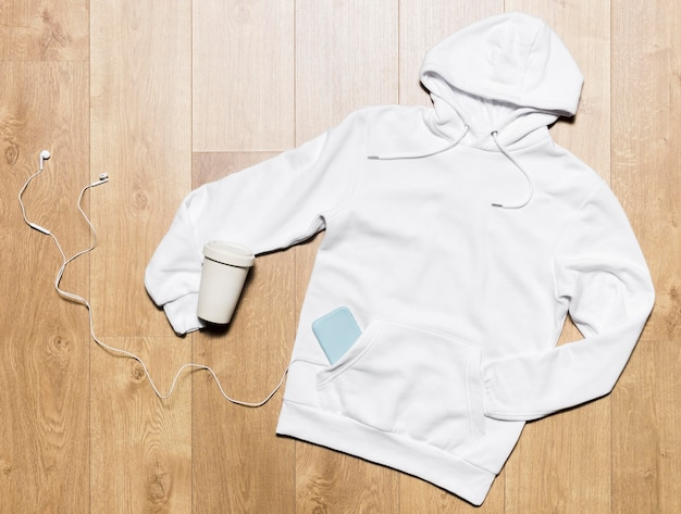 Weißer hoodie mit kopfhörern