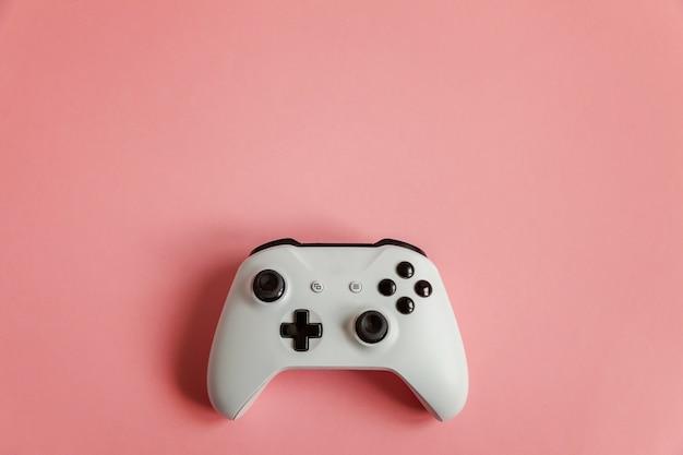 Weißer joystick auf rosa