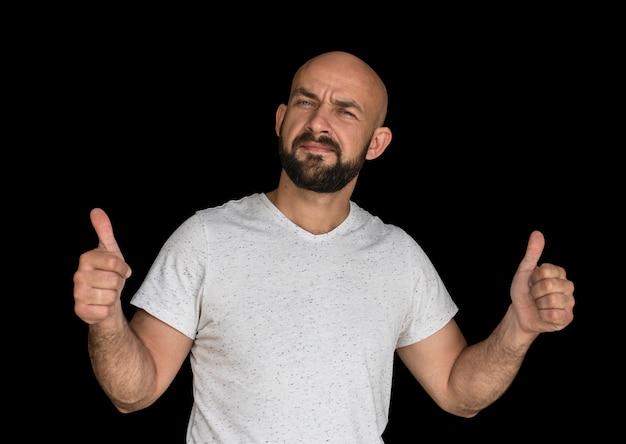 Weißer kahler mann mit bart in einem weißen t-shirt hält die finger hoch