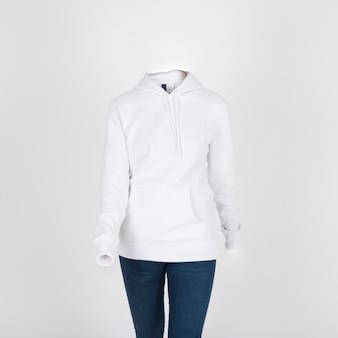 Weißer kapuzenpulli und jeans