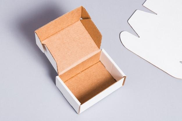 Weißer karton auf grauer oberfläche
