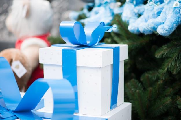 Weißer kasten mit geschenk und geschenk des blauen bandes neuen jahres