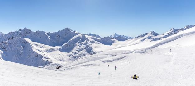 Weißer kaukasus des verschneiten winters am sonnigen tag. panoramaansicht von der skisteigung elbrus, russland