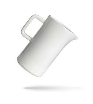Weißer keramikkrug isoliert auf weiß mit beschneidungspfad
