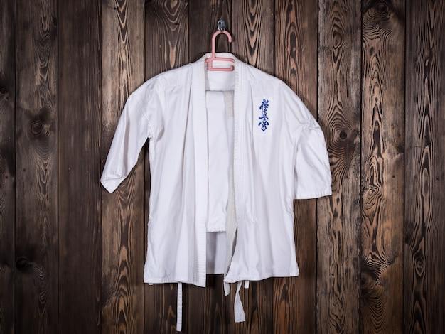 Weißer kimono zum üben der kampfkünste karate taekwondo