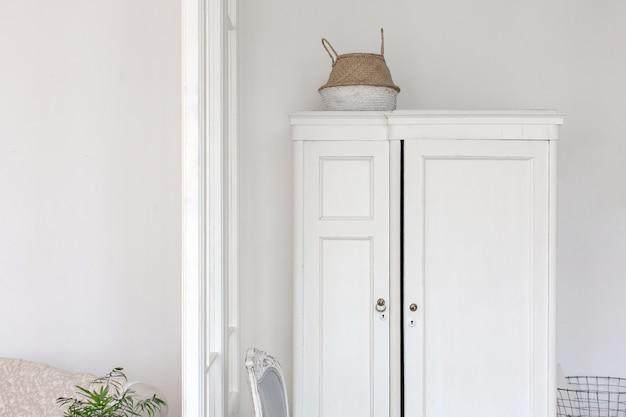 Weißer kleiderschrank und stuhl