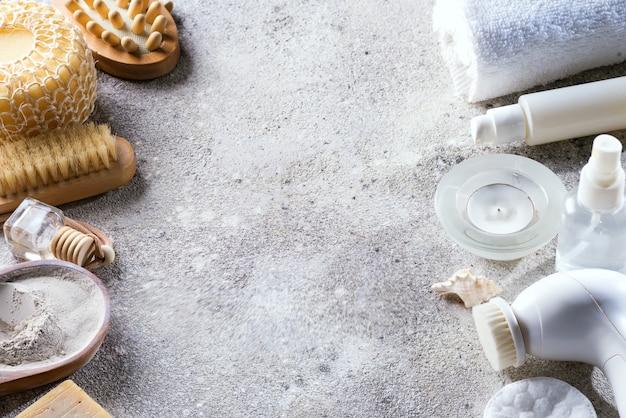 Weißer kosmetik-gesichtspflegerahmen mit umweltfreundlichem bad auf hellem stein