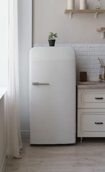 Weißer kühlschrank im vintage-retro-stil in der hellen küche