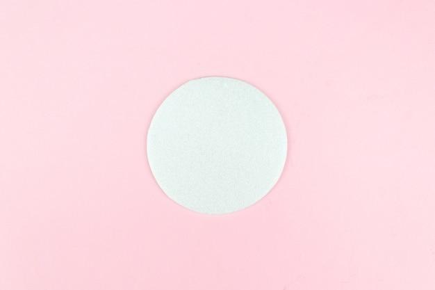 Weißer leerer kreisrahmen auf rosa hintergrund, kopienraum.
