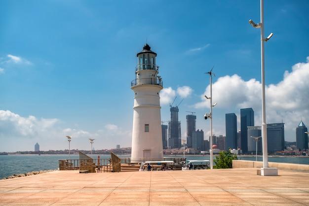 Weißer leuchtturm der qingdao-küste und schöne architektonische landschaft