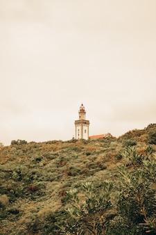 Weißer leuchtturm im berg