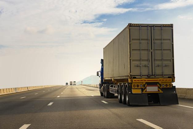 Weißer lkw auf autobahnstraße mit container, transportkonzept., import, exportlogistikindustrietransport landtransport auf der asphalt-schnellstraße