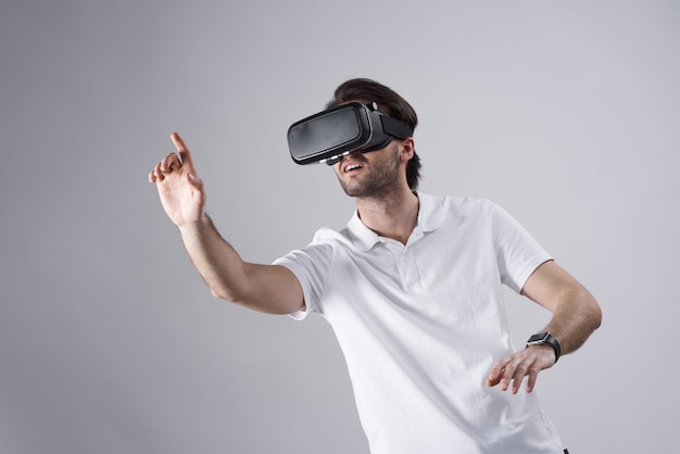 Weißer mann, der in der virtuellen realität lokalisiert aufwirft.