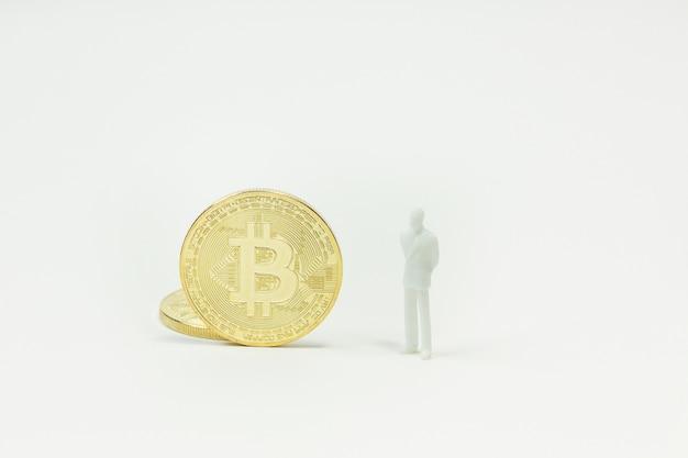 Weißer miniatur- und goldmünze bitcoin-zusammenfassungsbildabschluß herauf hintergrund