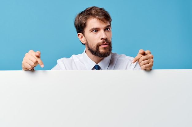 Weißer mockup-poster-kopierraum des bärtigen mannes beschnittene ansicht blauer hintergrund