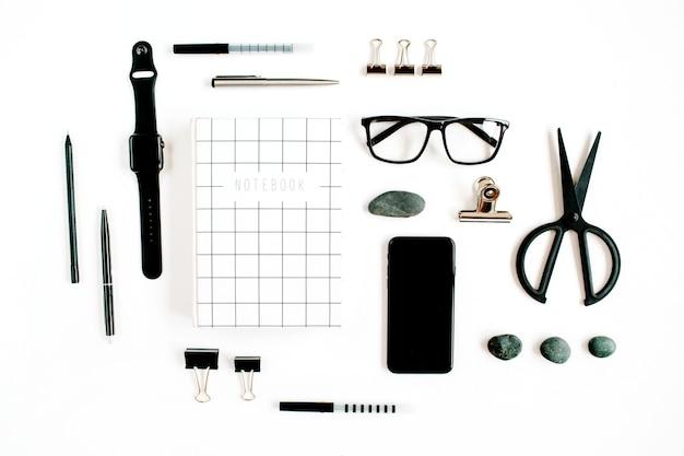 Weißer moderner büroarbeitsplatz mit brille