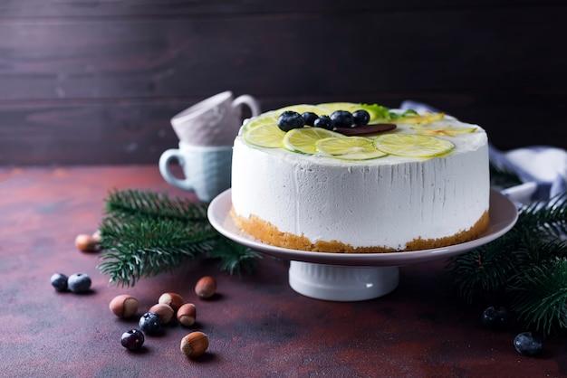 Weißer moussekuchen des neuen jahres