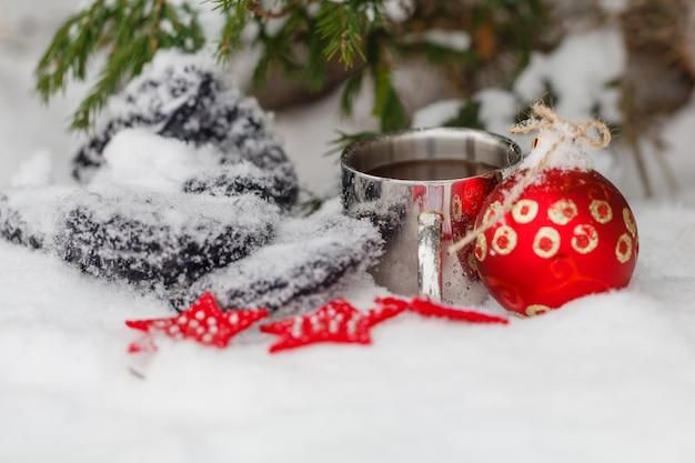 Weißer neuschnee und weihnachtsbecher kaffee
